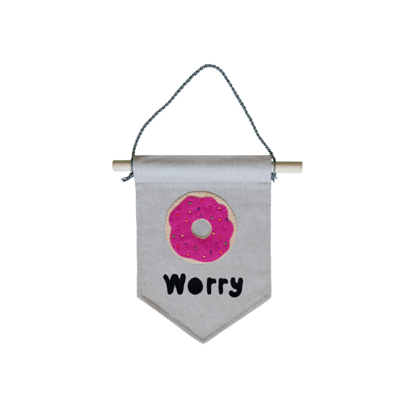muurvlag-van-gekkiggeit-met-grappige-tekst-donut-worry