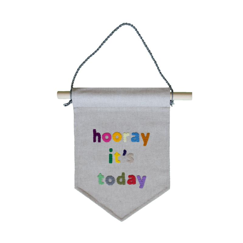 muurvlag-van-gekkiggeit-met-leuke-tekst-hooray-it's-today
