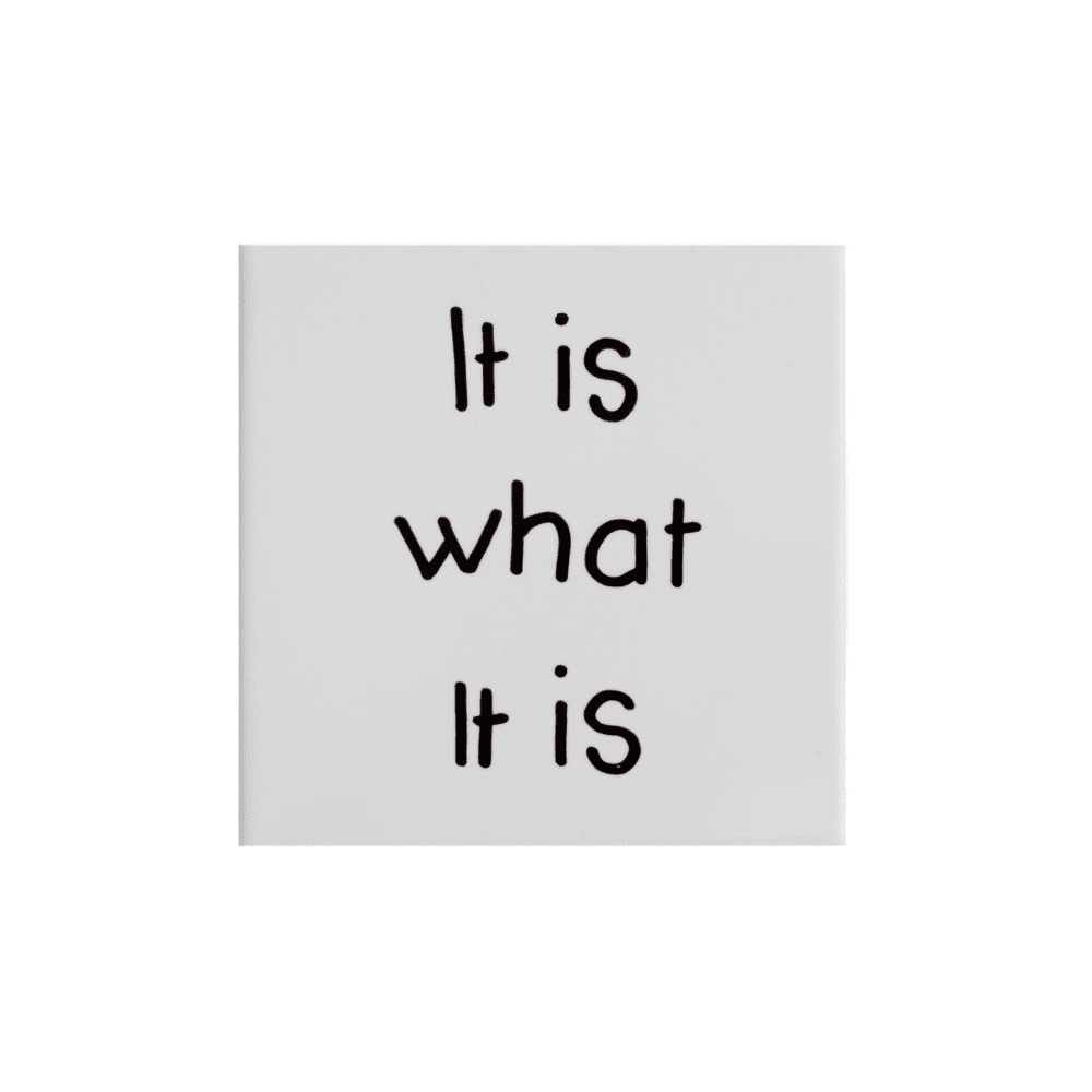 tegel-van-gekkiggeit-met-de-leuke-tekst-it-is-what-it-is
