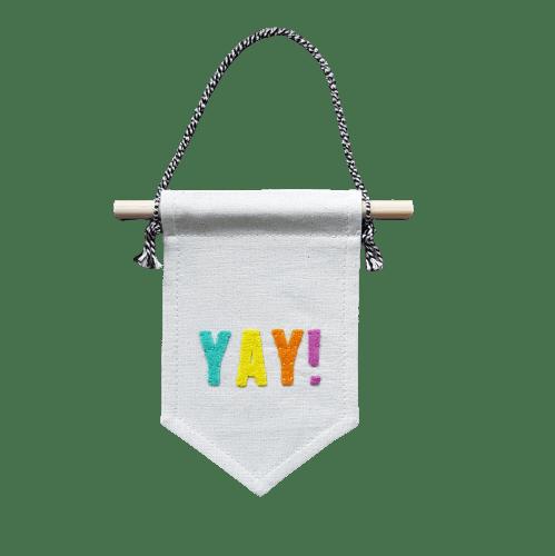 mini-muurvlag-van-gekkiggeit-met-leuke-tekst-yay
