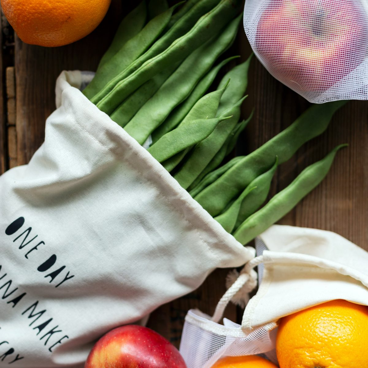 sfeerfoto-van-groente-en-fruitzakje-met-groente-en-fruit-er-omheen