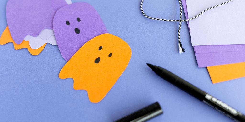 close-up-van-uitgeknipte-spookjes-voor-een-spookjesslinger-voor-halloween