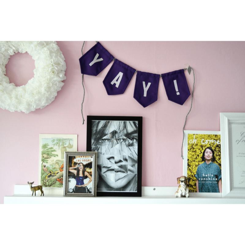 paarse-slinger-yay-van-gekkiggeit-in-een-interieur-gecombineerd-met-fotolijstjes