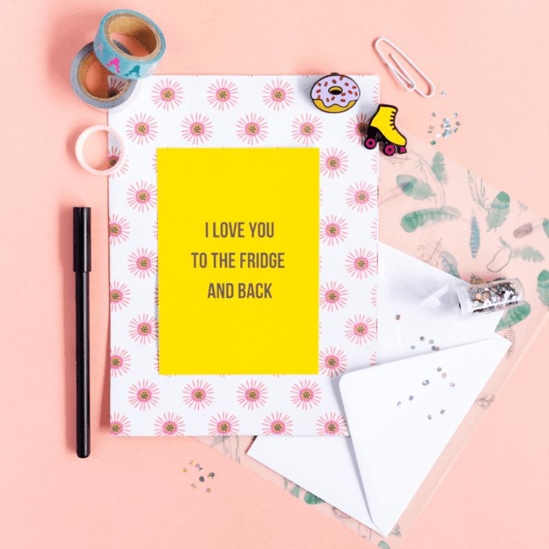 sfeerbeeld-van-ansichtkaart-love-you-to-the-fridge-and-back-met-stationery-producten-er-omheen
