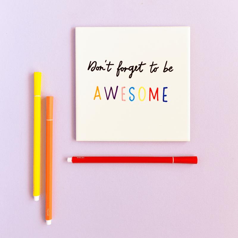 sfeerfoto-van-de-tegel-don't-forget-to-be-awesome-met-gekleurde-pennen-ernaast
