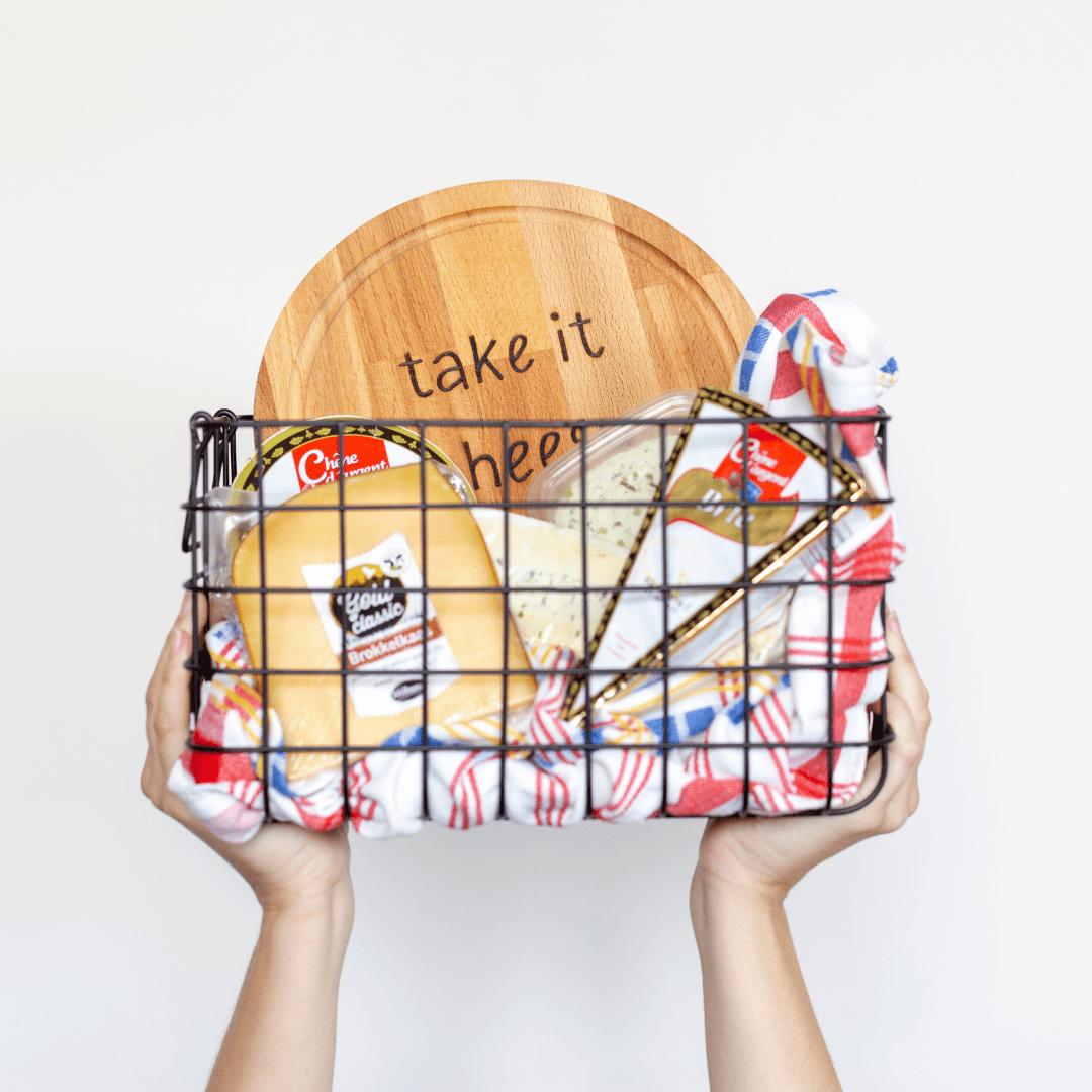 snijplank-take-it-cheesy-van-gekkiggeit-in-een-cadeaumandje-met-verschillende-kaasjes