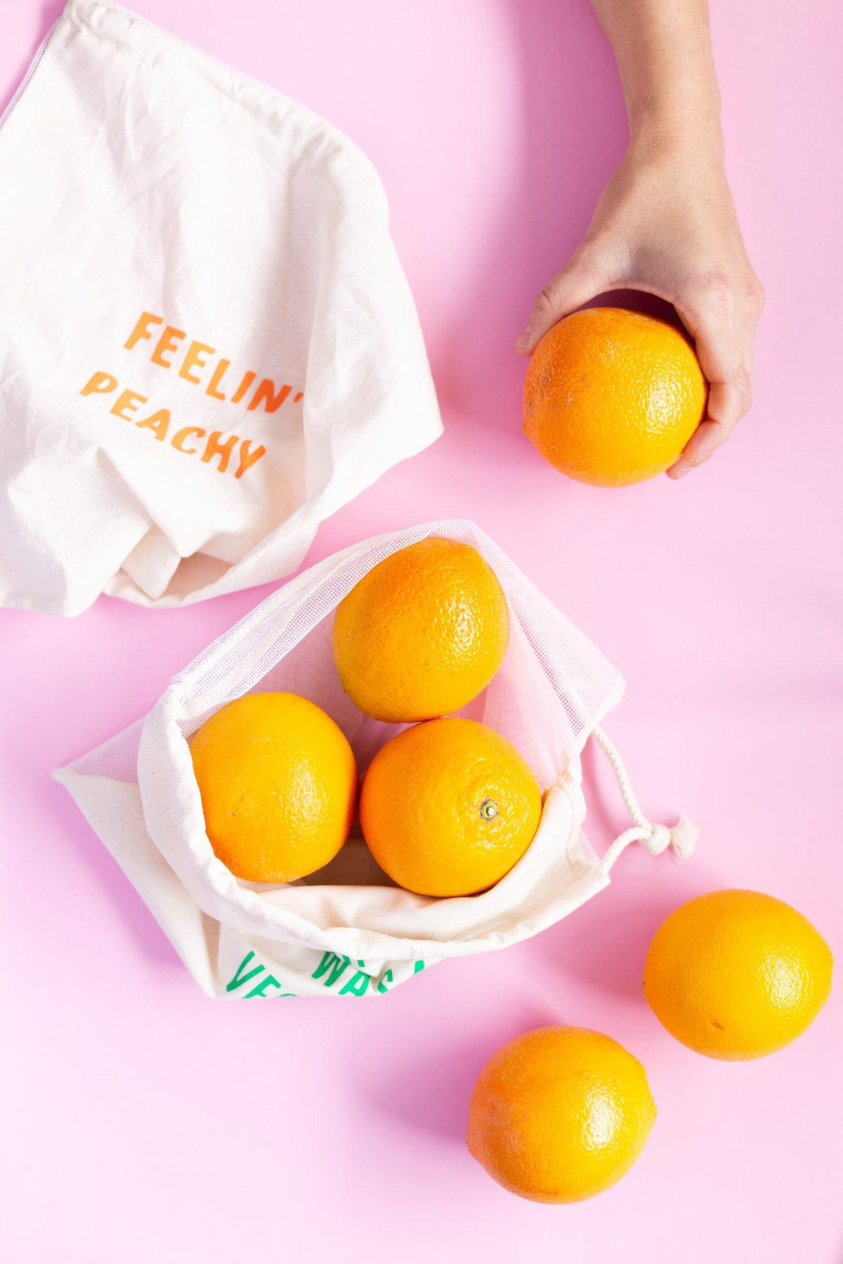 groente-en-fruitzakjes-van-gekkiggeit-met-sinaasappels-er-omheen