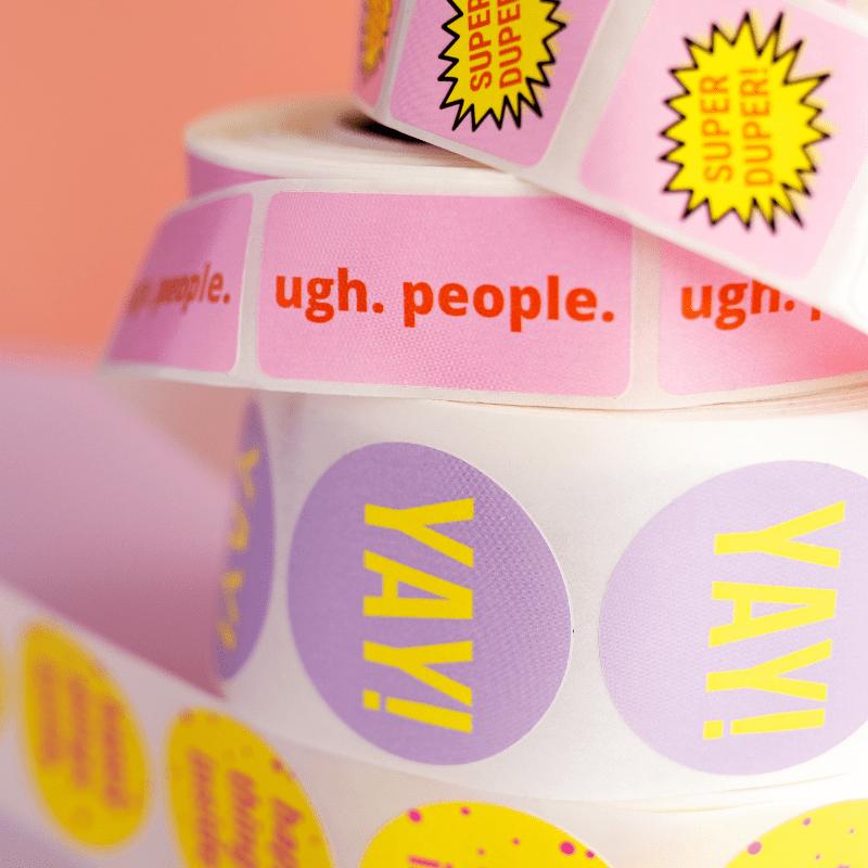 close-up-van-verschillende-ronde-en-rechthoekige-stickers-van-gekkiggeit