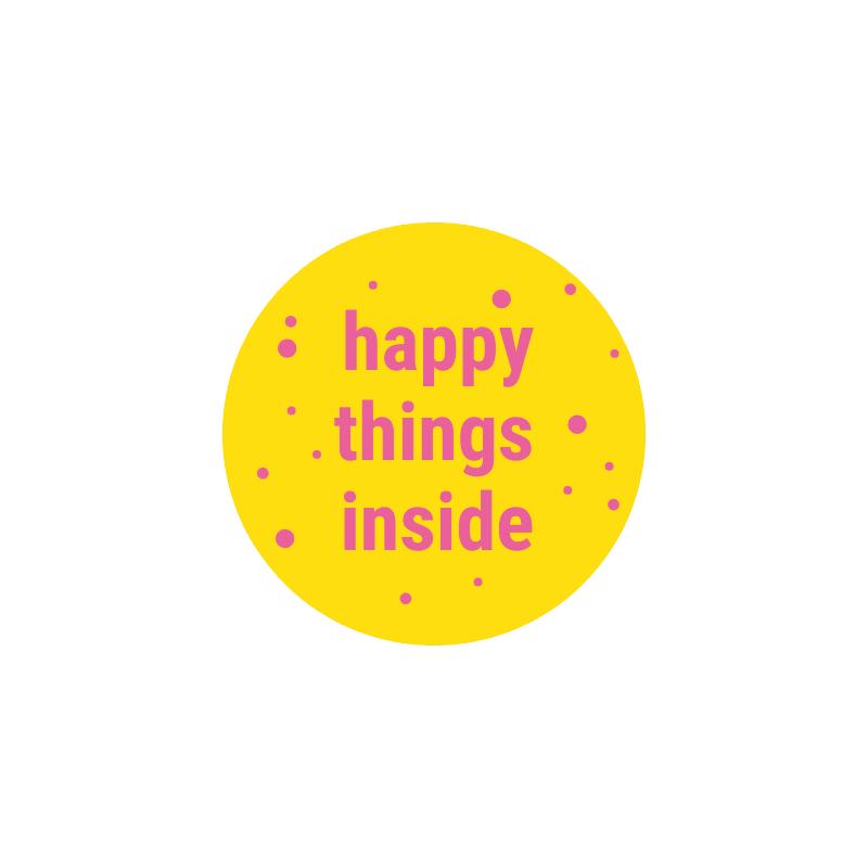 ronde-sticker-van-gekkiggeit-met-de-tekst-happy-things-inside