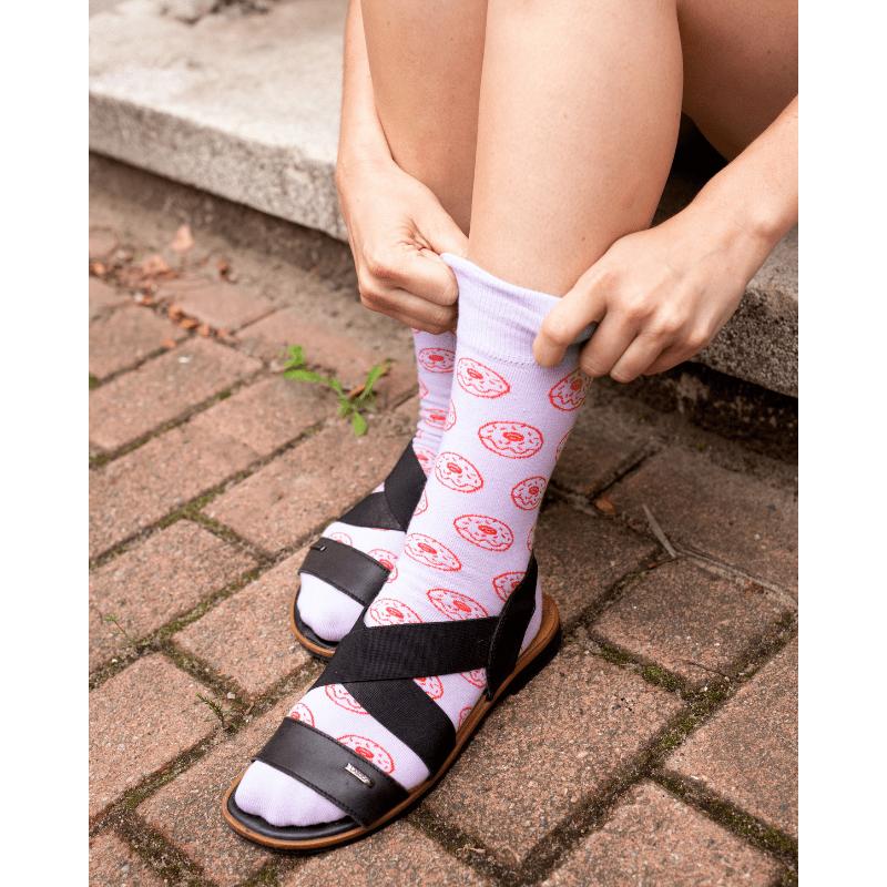 grappige-sokken-met-donutprint-in-sandalen